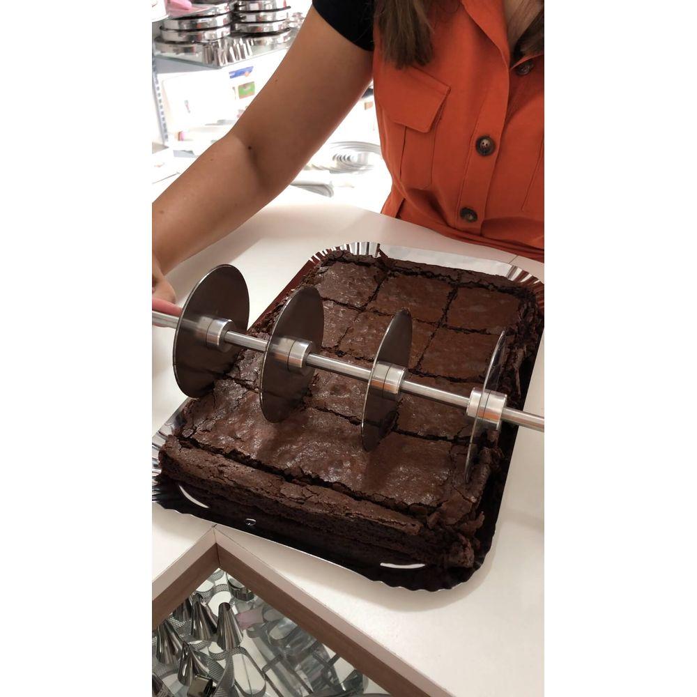 9067459114-rolo-de-brownie-cortando-3